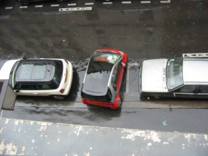 ein Smart parkt in Paris