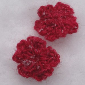 Häkelblüte im Schnee