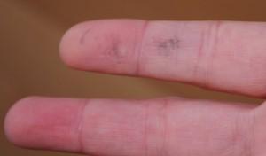 Finger mit Stempelfarbe