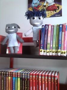 graue Freunde in Bibliothek