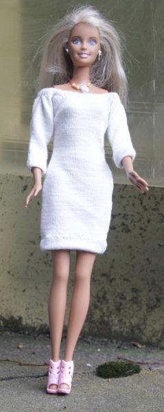 Barbie im Minikleid aus Feinstrick