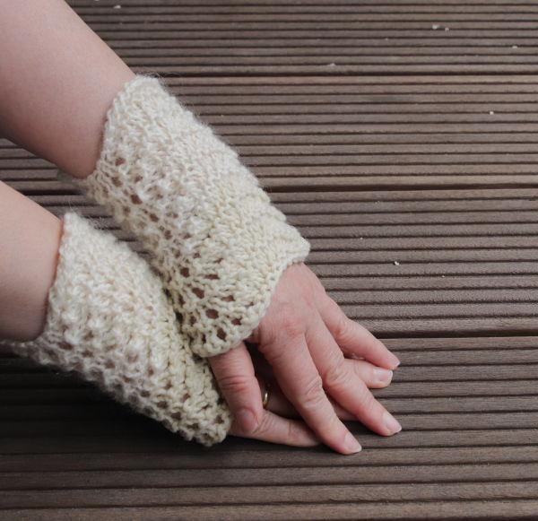 Handstulpen in Naturweiß im Durchbruchmuster gestrickt