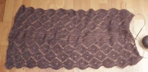 brauner gestrickter Lace Schal, halbfertig