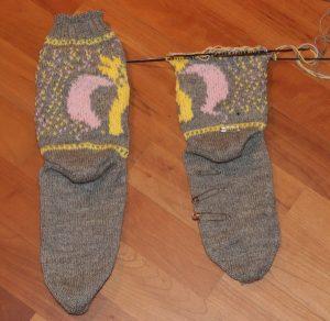grauen Socken mit gelbem Pony