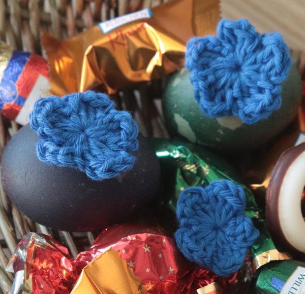 blaue Häkelblüten