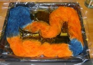 gefärbte Wolle auf Backblech