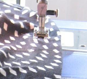 Stoff vor der Nähmaschine