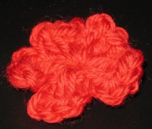 rotes Häkelblümchen