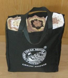 Tasche mit Häkelteilen