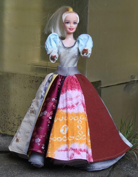 Buntes Kleid für Ankleidepuppe