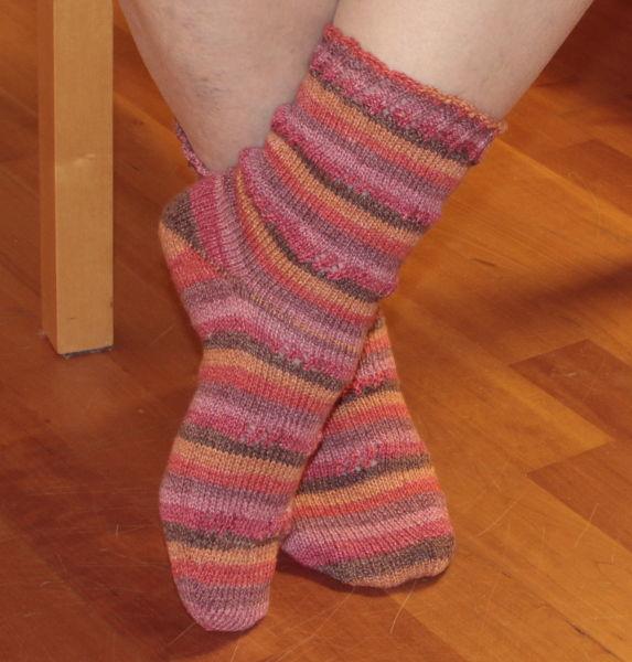 gestreifte Socken mit Lochmuster