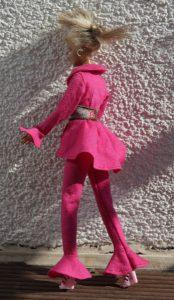 Seitenansicht von Burda im pinkfartbenen Hosenanzug