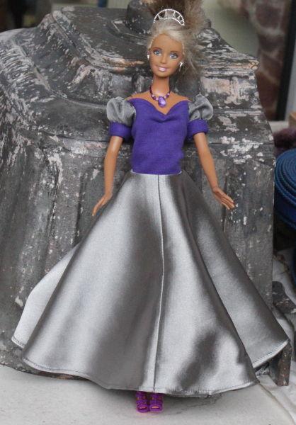 langes Kleid für Barbiepuppe in lila und silber