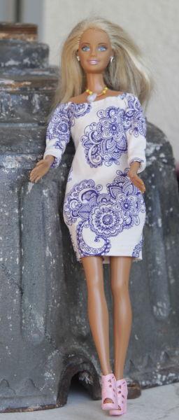Barbie im gemusterten Minikleid