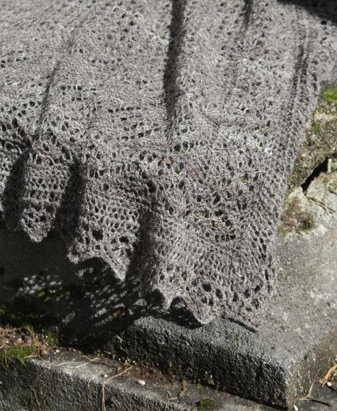 Lochmuster aus grauem Jakob Schaf
