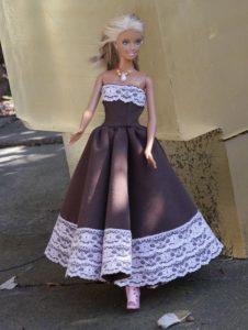 Barbie in braunem Kleid