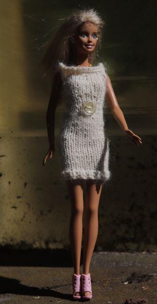Barbie im Strickkleid