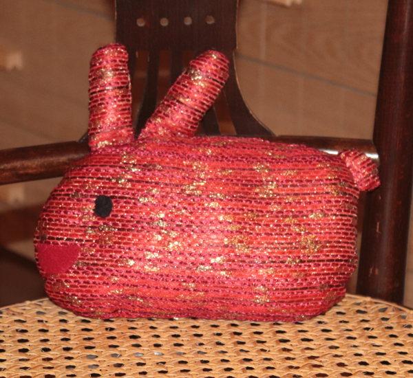 Kaninchen in Rot und Gold