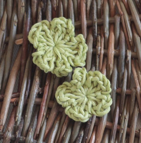 grüne Häkelblümchen