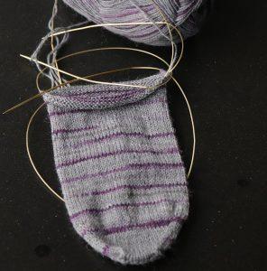 Socke in grau, angestrickt