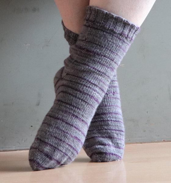 grau rote Socken